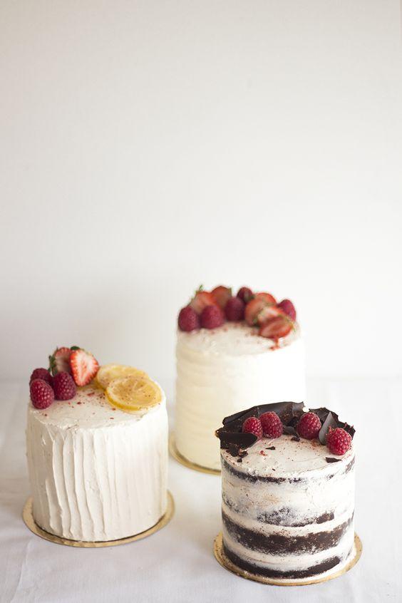 Las mini cakes semi-desnudas no podían faltar. Con bordes perfectamente rectos y una visión del chocolate bajo las fresas, el ganache de chocolate y la fina capa de crema de mantequilla de migalhadoce