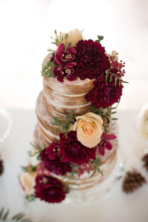 Dalias de color borravino y marfil adornan este pastel de bodas cubierto con crema de mantequilla americana. Fotografia: Ashley Cook Photography.