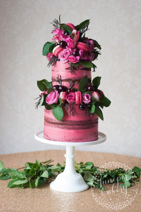 Juniper Cakery nos trae un pastel semi-desnudo en rosa fuerte con cerezas, rosas y macarons de dos pisos. Ojo, no tocar que hay que esperar al dia de la boda, ¿eh?