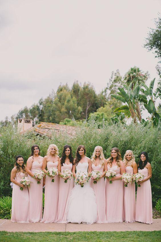 Como elegir los Vestidos para Damas de Honor Perfectos: El rosa cuarzo está de moda y estos vestidos para damas de honor lucen adorables entre el verdor del jardin de esta boda al aire libre fotografiada por davrichardsphotography