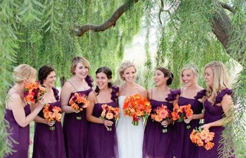 Los lados opuestos del círculo cromático: una boda en violeta y naranja y el corte A favorece a la mayoría de las figuras. Fotografía: Troy Grovers Photography