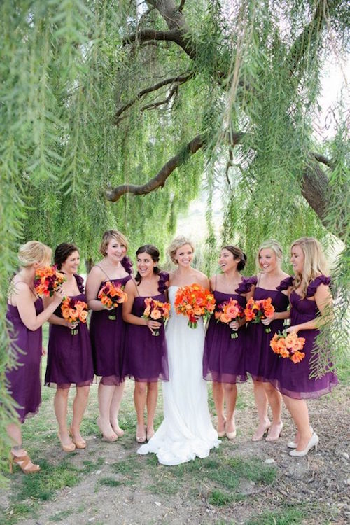 Como elegir los Vestidos para Damas de Honor Perfectos: Los lados opuestos del círculo cromático: una boda en violeta y naranja y el corte A favorece a la mayoría de las figuras. Fotografía: Troy Grovers Photography