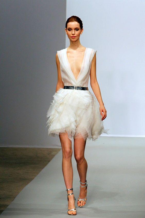 Impactante como tu. Para las novias arriesgadas, atrevidas y muy modernas, un vestido corto de Christophe Josse.