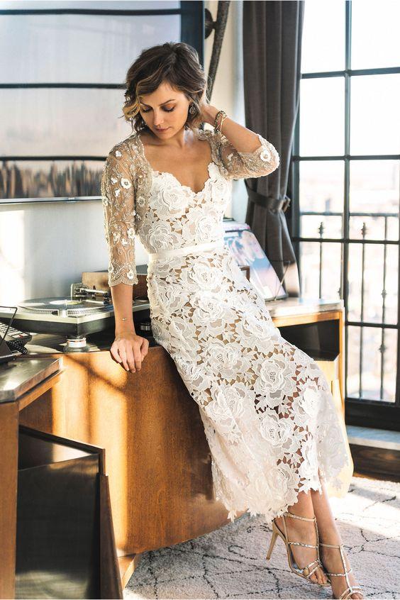 Un vestido de novia corto para novias con curvas.