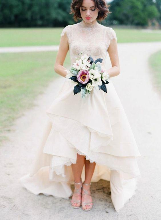 Un vestido high-low con top de encaje y volumen en la falda. Un vestido de novia corto que rivala a los mejores vestidos largos. ¿Te decides a acortar el largo de tu vestido en tu dia especial?