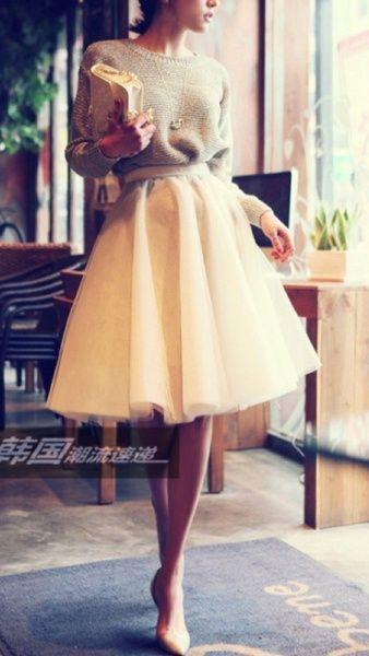 Un vestido para damas de honor para una boda diferente y casual. Una falda elegante con un sweater y zapatos de tacón clásicos. Toma nota para elegir los vestidos para damas de honor perfectos!