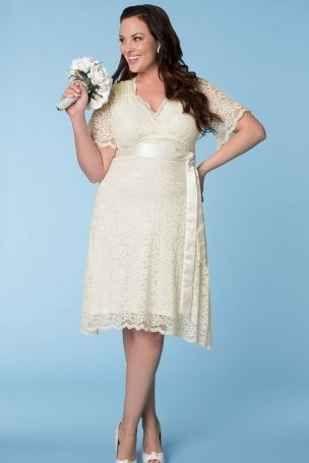 Luce tus curvas con vestidos de novia cortos con encaje en linea A, escote en V y mangas cortas.