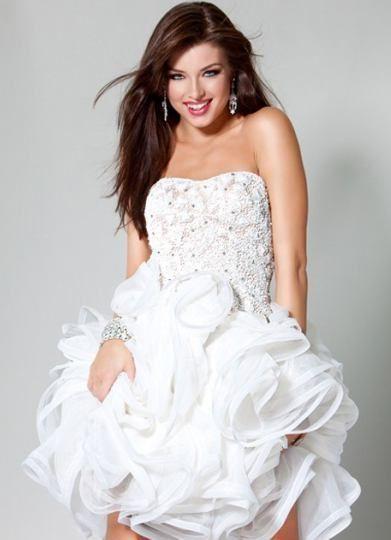 Una opción moderna y simpática de lucir fantástica en tu boda. Los vestidos de novia cortos pueden ser usados en la boda y en el civil.