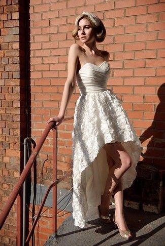 Esta colección de vestidos de novia cortos no podia estar completa sin un modelito corto y largo. Muestra tus zapatos y a la vez mantén un poco de la tradición.