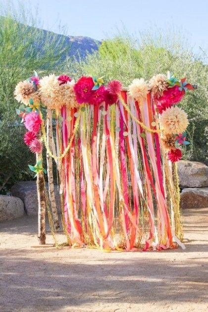Cómo hacer cortinas de papel para bodas con tiras de papel crepe: simplemente cuelga las tiras de papel crepe asegurándote que no queden espacios sin cubrir.