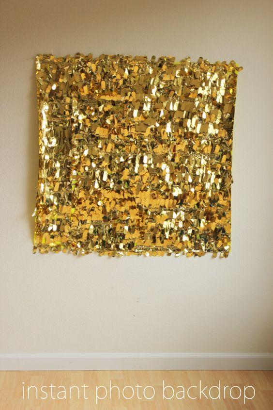 Cómo hacer una cortina de papel para photocall sencilla. Compra una hoja de papel metalizado y un marco. Dobla los bordes y adhiérelos del otro lado del marco y voilá!