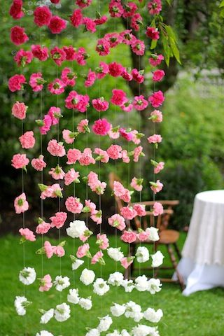 Cortinas de papel para bodas con flores en ombré, perfecto contraste con el verde del jardín.