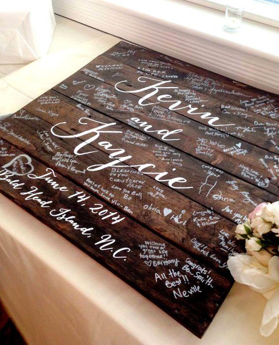 Libro de firmas alternativo en madera con pintura en acrílico para alrededor de 75 firmas, o sea 150 invitados, ya que la mayoría firma en pareja $120.00