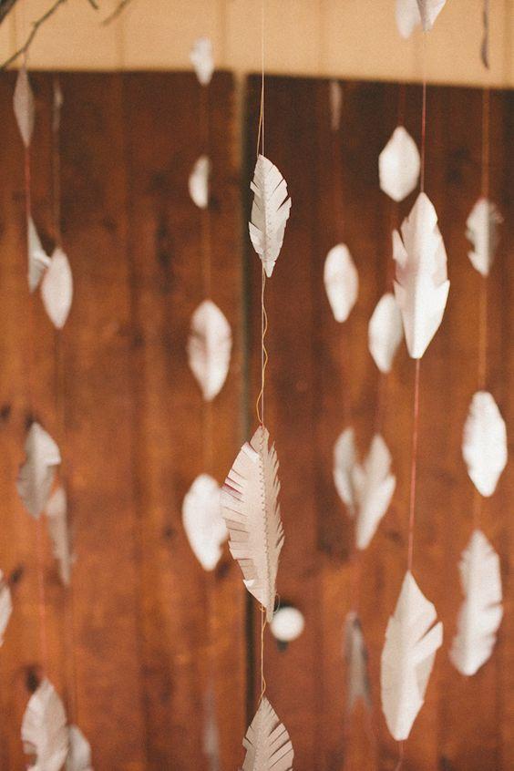 Un backdrop con plumas sencillo de hacer y original fotografiado por Elle Golden Photography.