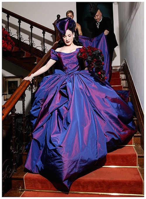 Vestido de novia de Dita Von Teese por Vivienne Westood en su casamiento con Marilyn Manson. Recuerdos de la realeza en su diseño y en su color.