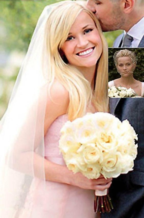 El vestido de novia no tradicional en color rosa que Reese Whiterspoon vistió en su boda. Diseñado por Monique Lhuillier.