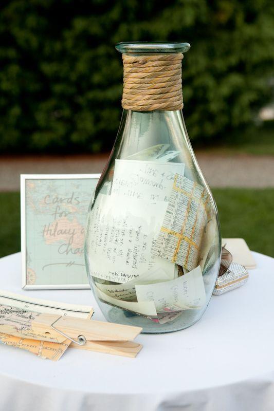 Alternativas al libro de firmas para invitados: un botellón con buenos deseos para decorar tu hogar.