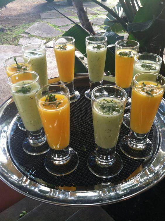 Cocteles personalizados en los colores de la boda: Shooters de gazpacho de pepino y mango. Un aperitivo refrescante para una boda en verano creada por alohaeventscatering