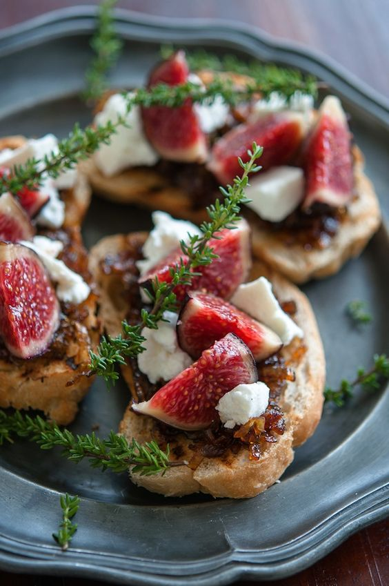 Comidas para bodas originales: Bruschetta con higos, queso de cabra y cebollas caramelizadas. Creación: gourmantineblog