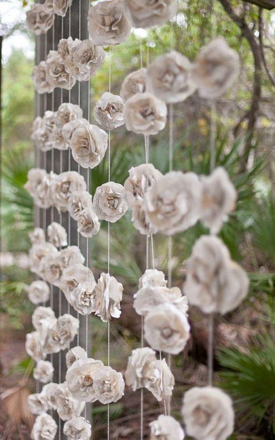 Cortina con 12 rosas de papel rústicas y hechas de hojas de libros vintage de 10 pies de largo por 10 pies de ancho.