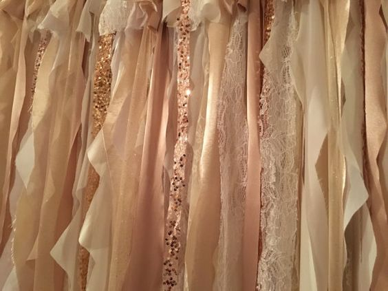 Esta no es de papel pero la taffeta color champagne, el encaje blanco y el chiffon blanco y crema con franjas con sequins en rosa oro crean una cortina para bodas única.