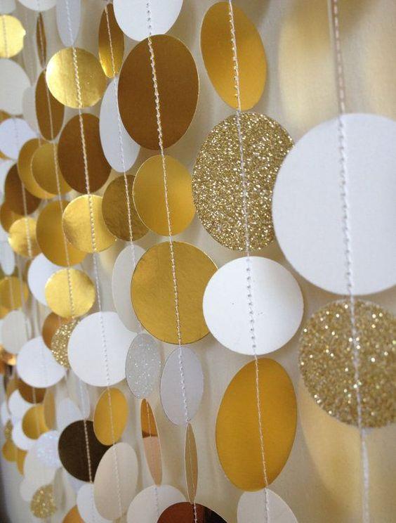 Guirnaldas con discos de papel para armar tus cortinas de papel para bodas. Un DIY sencillo.