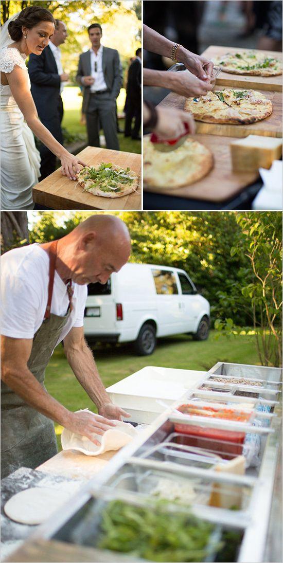 Fotografiada por Erica Chan Photography, un fogón de pizza donde eliges tus ingredientes. Yum!