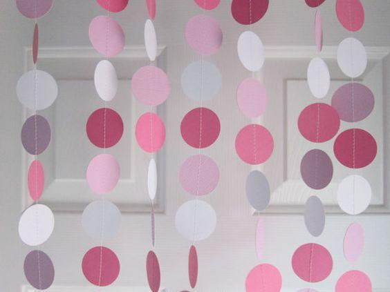 Guirnaldas en rosa, gris y blanco.