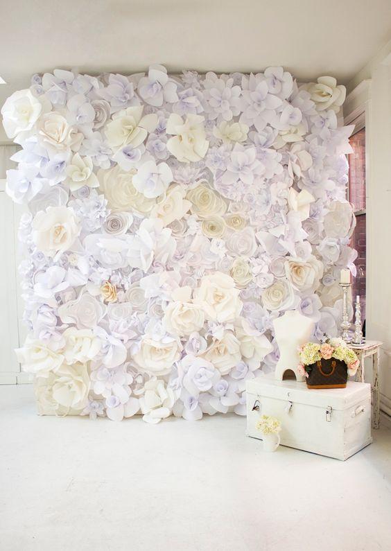 Si te gustan las manualidades te va a encantar esta idea de cortinas de papel para bodas con flores en blanco.
