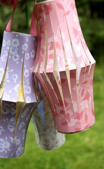 Para hacer las linternas de papel solo necesitas 2 piezas de papel, cinta, tijeras y cinta adhesiva transparente.