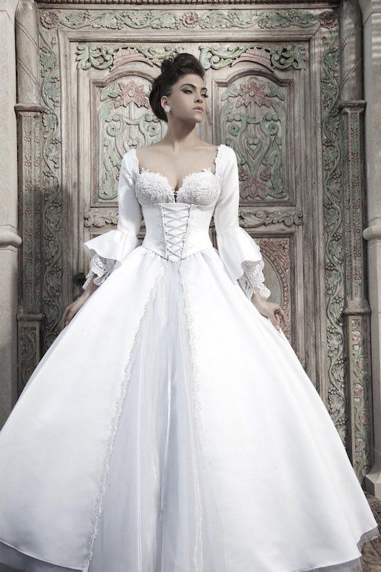Con reminiscencias del pasado este vestido de novia blanco de Nurit Hen es un sueño hecho realidad.
