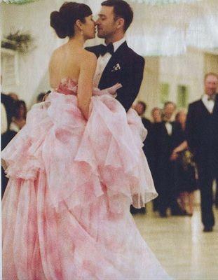 Giambattista Valli diseñó el vestido de novia en rosa de Jessica Biel para su casamiento con Justin Timberlake.