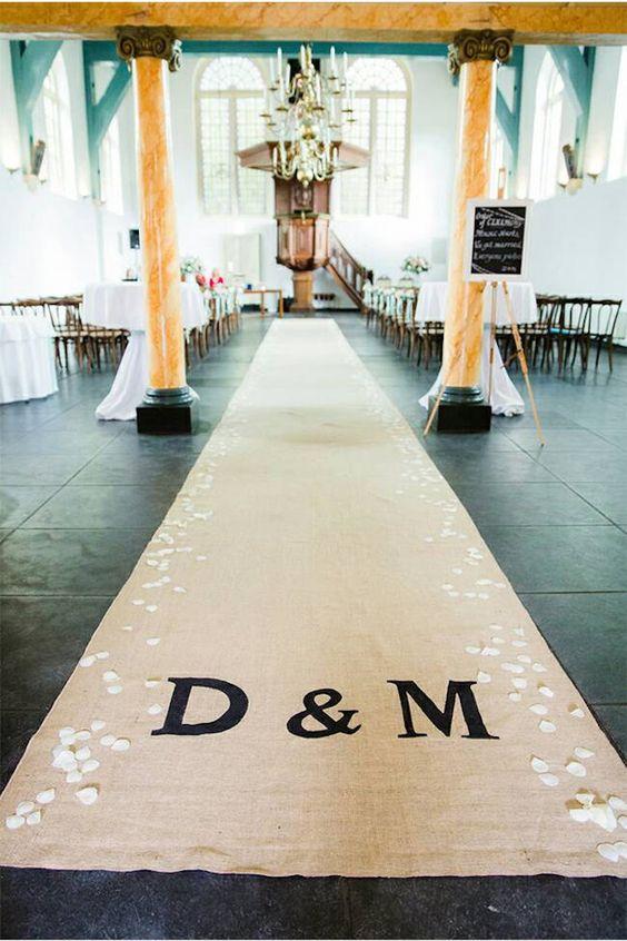 Un diseño de ZahrazArt para la entrada al altar de esta boda industrial. No te pierdas el artículo sobre decoración de una boda industrial.