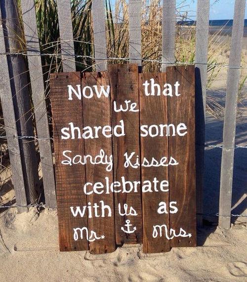 Una boda en la playa también puede llevar un simpático cartel de bienvenida. Y no te pierdas mas ideas de carteles para bodas!