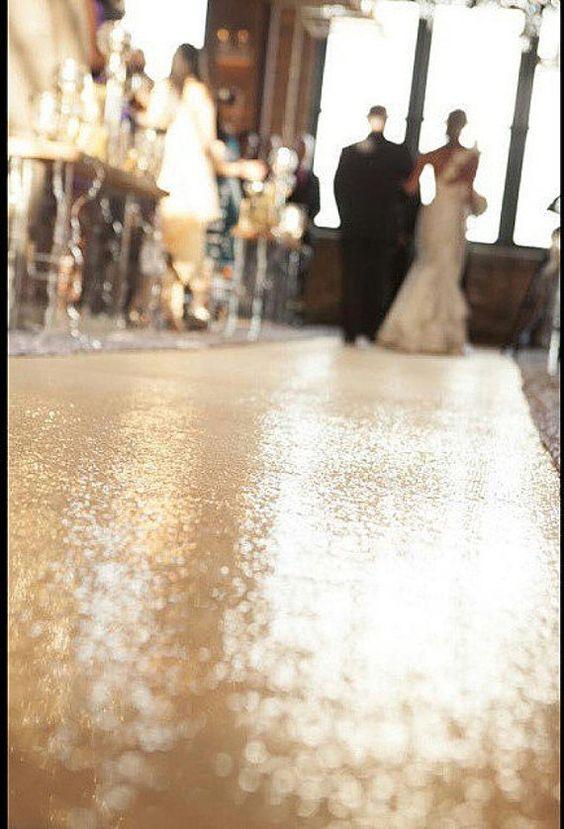 Para una boda glam, la última tendencia: una alfombra con sequins en dorado via Etsy