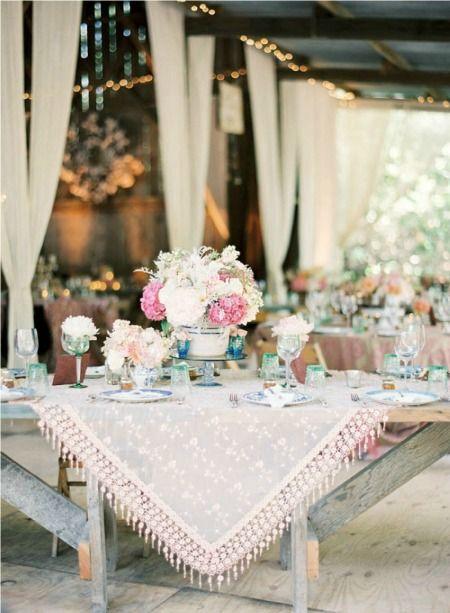 Reese Witherspoon escogió el rosa blush para su vestido de bodas y para la decoración de la misma. Esta recepción planeada por Kelly Oshiro y fotografiada por Caroline Tran fue inspirada en la boda de Witherspoon.