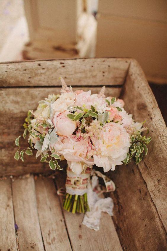 Decoración de una boda romántica en blush. Los verdes enmarcan los tonos rosa y blush de este ramo de novia.