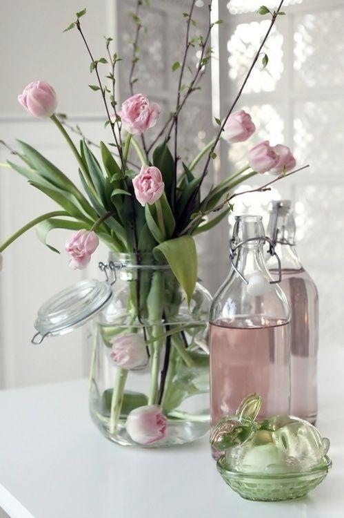 Los tulipanes y las peonias serán tus mejores aliadas al planear una boda en pink blush. Elige simples decoraciones que puedes hacer tu misma.