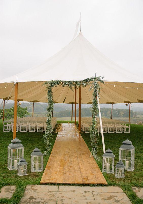 Entrada de madera a la carpa de bodas.