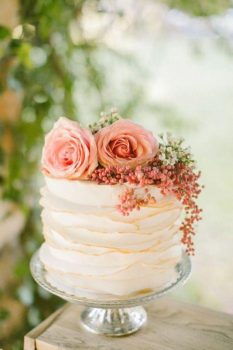 Las tartas de bodas con texturas son una tendencia a considerar. Con volantes, encajes, pliegues y crema de mantequilla o buttercream, una buena idea para una boda íntima en blush.