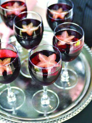 Una idea para la barra de tragos: sangría con rodajas de fruta en forma de estrellas de mar. ˘Qué opinas de estas ideas para organizar bodas en la playa?