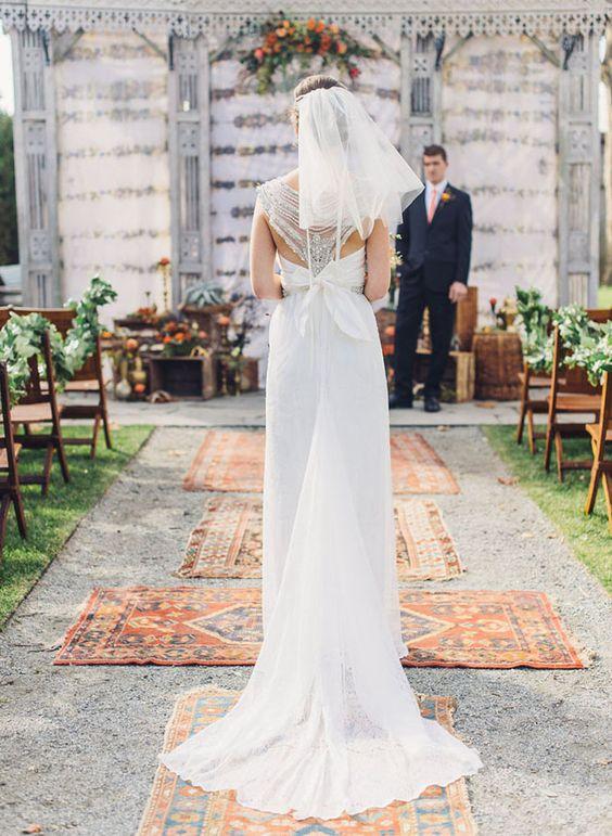 Pasillo central de ceremonias boho: Para lograr un look boho cubre el pasillo con alfombras vintage hasta el altar.