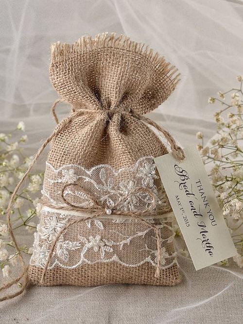 Adorable bolsa de arpillera para los recuerditos de boda via Etsy.