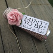 "Unas refrescantes y románticas mentas personalizadas como recuerdo de boda because you are ""Mint to Be"" via Etsy."