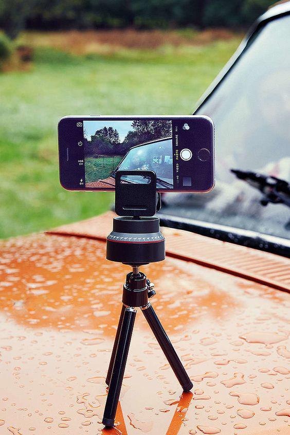 Los selfies se verán mucho mejor con este trípode. Y seguro que muchos mas cabrán en la foto. Regalos para novios amateurs de la fotografía