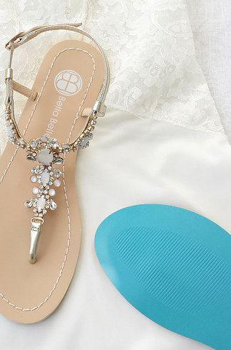 Preciosa sandalia para una boda en la playa con suela en turquesa.