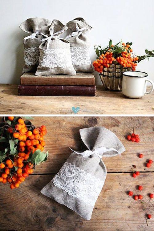 Llena estas bolsitas de lino con las clásicas almendras de boda y ¡listos tus souvenirs económicos y por menos de $3! via Etsy