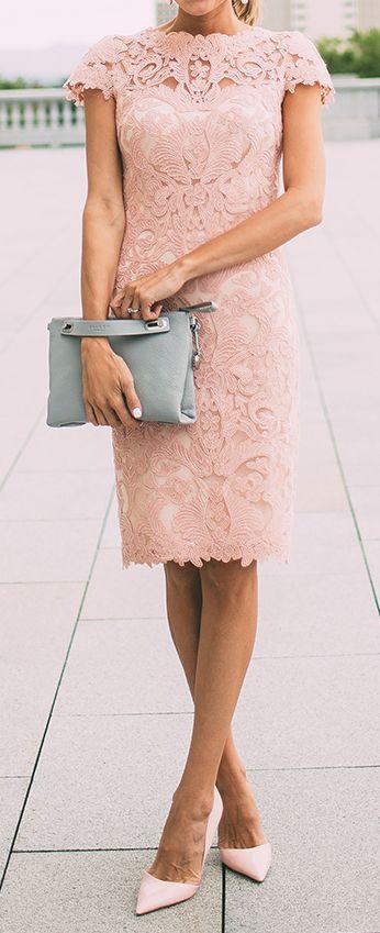 Para el civil un vestido en pink blush con zapatos al tono y cartera haciendo contraste.