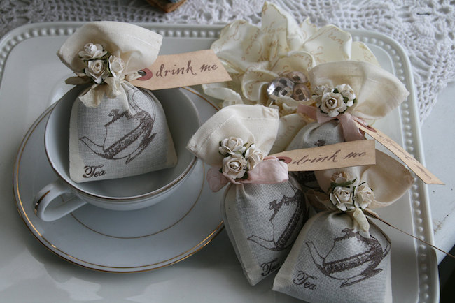 Because drink me was never as soothing as with this original favor. 12 Jasmine filled wedding favors for an Alice in Wonderland inspired wedding. ($51.00)