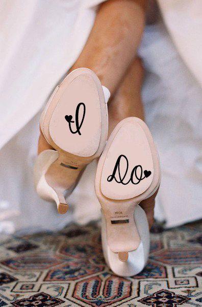 Zapatos de novia con suela en blush y algo azul y original. ¿Buscas el decal para agregarle a tus suelas? Está aquí.